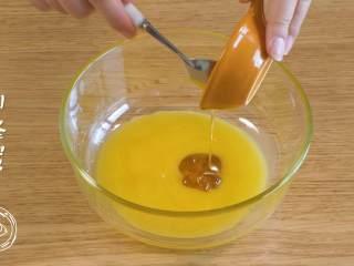 12m+姜饼人(宝宝辅食),首先,将融化的黄油、蜂蜜、全蛋液倒在一起,搅拌均匀~
