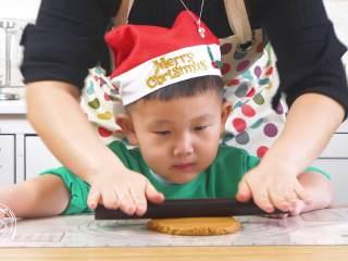 12m+姜饼人(宝宝辅食),然后拿出来,稍微揉一下擀开~