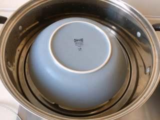 童年-水蒸蛋,蒸锅大火烧开水,放入蒸蛋,用盘子倒扣住,盖上锅盖,转中火蒸15分钟。