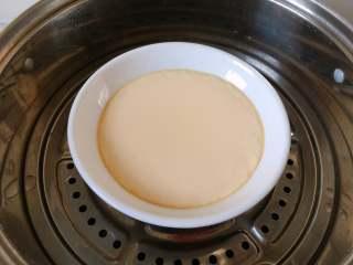 童年-水蒸蛋,蒸好的蛋小心取走盖在上面的盘子,不要让水滴到蒸蛋上