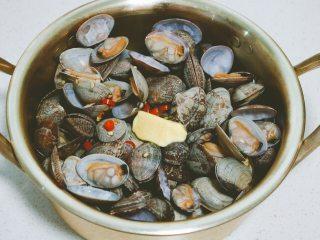 深夜食堂之酒蒸蛤蜊,用勺子搅拌一下,让融化的黄油均匀包裹蛤蜊。