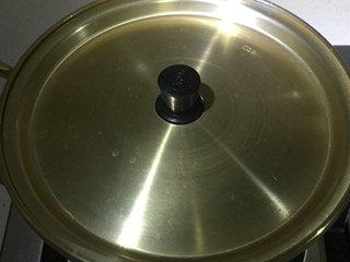 深夜食堂之酒蒸蛤蜊,盖上盖焖煮5分钟左右。