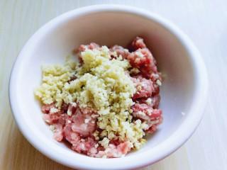 厨房挑战+荤菜+自制肉肠,将切好的姜蒜末放入肉糜中。