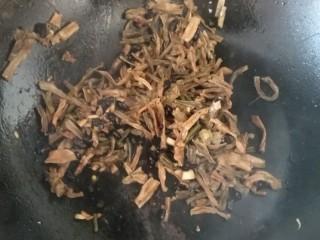 干豆角炒肉,豆豉,蒜姜爆香放豆角翻炒
