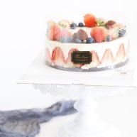 草莓裝飾慕斯蛋糕