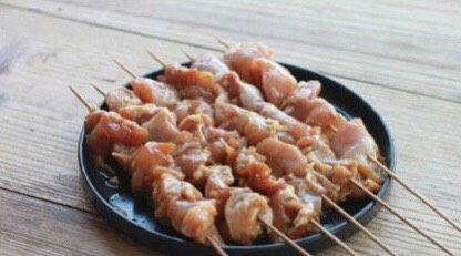 马来西亚烤肉串,将腌制好的鸡肉串,串成鸡肉串,将腌料弄干净即可