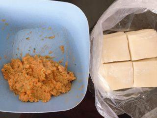 胡萝卜西兰花蛋黄猪肉小馄饨,将馅料倒入碗里,把饺子皮一切为四,然后就可以开包了
