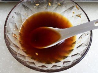 我爱蒜蓉系列➕蒜蓉粉丝金针菇,等待蒸的过程再调一个调味汁:生抽蚝油各一勺,清水两三勺,根据个人口味再加入少许盐拌匀。因为我刚才只把蒜蓉汁浇在中间一圈,剩下的粉丝金针菇是没有浇的,以免其他部位没有味道,所以才再制一个调味汁。当然大家可以在金银蒜蓉中直接加生抽蚝油糖盐鸡精清水制作一个调味汁,浇在全部金针菇粉丝上,蒸好就不用再调味了,不用像我分两步😛