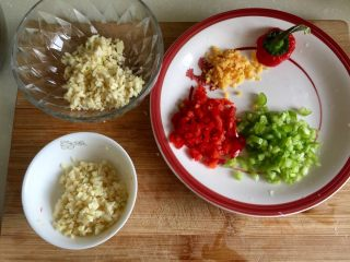 我爱蒜蓉系列➕蒜蓉粉丝金针菇,蒜蓉分开两半,一半要炸金蒜,姜切末,红椒青椒切碎备用