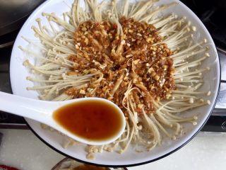 我爱蒜蓉系列➕蒜蓉粉丝金针菇,在没有蒜蓉的部位(也就是外圈)浇上调味汁