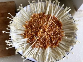 我爱蒜蓉系列➕蒜蓉粉丝金针菇,浇上蒜蓉调味,我是只浇在盘中间的,其他部位的金针菇和粉丝,我是蒸好后又淋上一个调味汁,所以不用担心其他部位的金针菇粉丝会没有味道