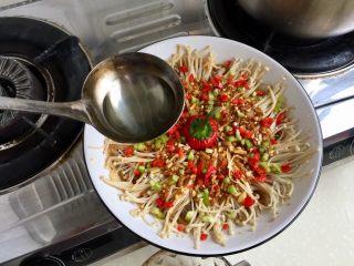 我爱蒜蓉系列➕蒜蓉粉丝金针菇,淋在菜中间一圈,滋滋啦啦,一声响,即可上桌喽😁