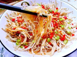 我爱蒜蓉系列➕蒜蓉粉丝金针菇,粉丝软而不烂,吸收汤汁,咸鲜美味。别看我步骤写的详细,好像很繁琐,其实制作很方便简单,虽是素食,却让人欲罢不能,快来试试吧😛