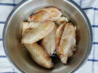 电饭锅+鸡中翅焖饭,放入蒜头盐和酱油后搅拌腌制一会