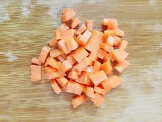 电饭锅+鸡中翅焖饭,煮饭的时候把胡萝卜去皮切粒