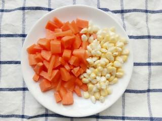 电饭锅+鸡中翅焖饭,玉米也掰粒后和切好的胡萝卜装盘子