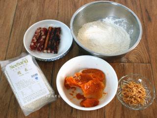 南瓜腊味糯米卷,备好所需食材:南瓜去皮切块蒸熟,捣成南瓜泥