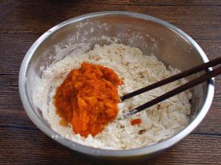 南瓜腊味糯米卷,南瓜泥倒入面粉中,再将酵母水慢慢倒入盆中,边加边搅拌,直至面粉能揉成柔软的面团为止