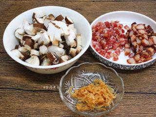 南瓜腊味糯米卷,鲜香菇洗净切粒,腊肠和腊肉洗净,分别切粒、虾皮洗净沥干水