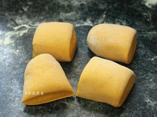 南瓜腊味糯米卷,面团发酵至2倍大,取出揉匀排气,分割成四个小面团