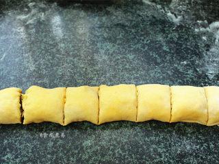 南瓜腊味糯米卷,整理均匀后卷起,两头捏紧,切成馒头状