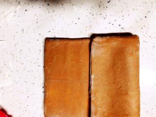 美味脏脏包,把面片一端折到面片三分之二处。