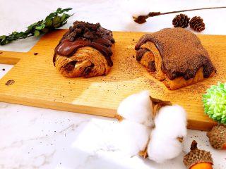 美味脏脏包,完成咯,做好的脏脏包面包体如果一次吃不完可以放冰箱冷冻保存,吃前拿出来再淋面,想吃热的流动状巧克力,可以微波或烤箱加热食用。