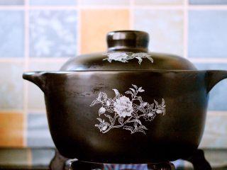 生滚菠菜猪肝羹,转小火慢慢炖煮30分钟