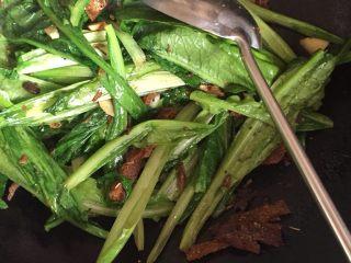 豆豉鲮鱼油麦菜,炒的差不多了,倒点生抽提鲜