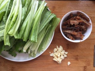 豆豉鲮鱼油麦菜,准备开做