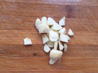 豆豉鲮鱼油麦菜,大蒜切开