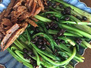 豆豉鲮鱼油麦菜,装盘,备用的豆豉放入,好吃又好做的一道菜成了