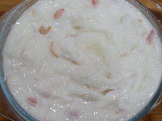 广式腊味萝卜糕,将之前调好的粉浆倒入萝卜丝里拌匀 蒸锅烧水,上汽后蒸40-60分钟,具体以你容器的深浅决定