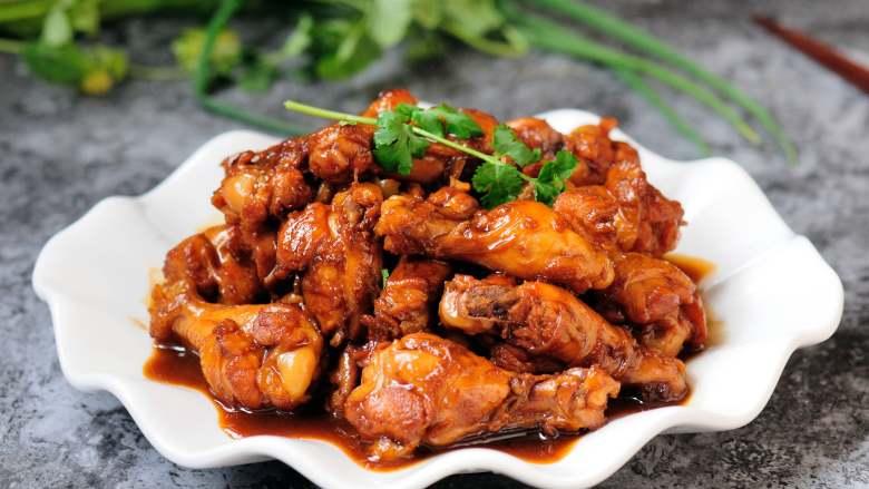 红烧鸡翅根 肉嫩鲜香 连汤汁都会被拌上米饭吃光光