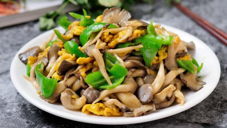 平菇青椒炒鸡蛋 好吃又营养的超快手家常菜