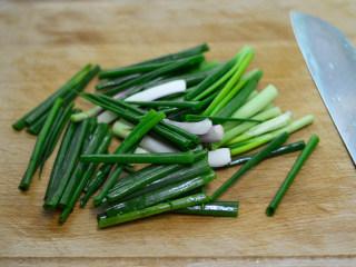 葱油拌面,葱洗净,切大段