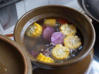 紫淮山玉米猪骨汤,加紫淮山和姜片