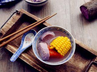 紫淮山玉米猪骨汤,大火烧开后转小火煲90分钟