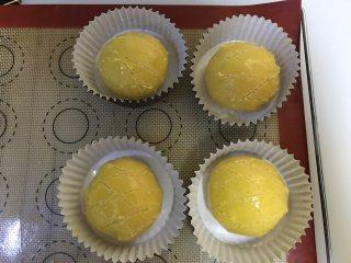 菠萝包,刷上蛋液,划出格纹,进行二次发酵至1.5倍大