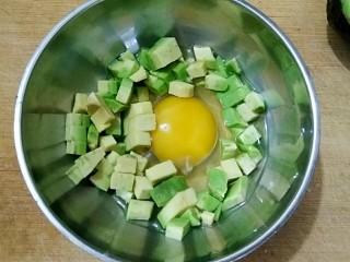 牛油果滑蛋吐司――5分钟快手营养早餐,鸡蛋打入碗中,加半勺料酒去腥,将牛油果切碎加入其中打散。