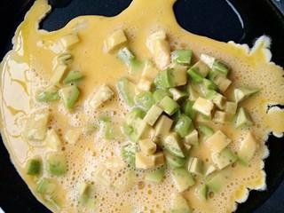 牛油果滑蛋吐司――5分钟快手营养早餐,油烧至7成热是倒入打散的蛋液。