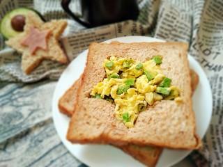 牛油果滑蛋吐司――5分钟快手营养早餐,配一杯果汁或牛奶即是丰盛的快手早餐。