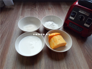 椰蓉南瓜糕,南瓜削皮,洗净;备好其他食材:牛奶,玉米淀粉,细砂糖;