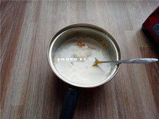椰蓉南瓜糕,再放入细砂糖、牛奶;