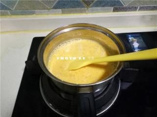 椰蓉南瓜糕,将奶锅置于火上,小火加热;一边加热,一边用刮刀搅拌均匀;防止粘锅;