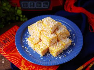 椰蓉南瓜糕,将南瓜糕倒扣取出,切块,在椰蓉里滚一圈,即可食用。