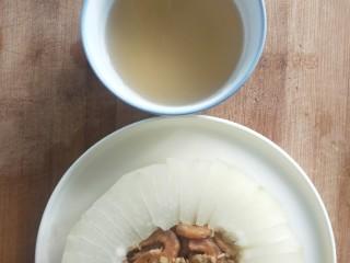 蒸蒸日上鲜美虾仁蒸冬瓜,蒸汁倒在小碗中。