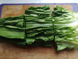 家常白灼油麦菜,然后切成均匀的小段