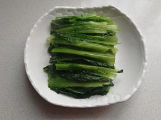 家常白灼油麦菜,然后把油麦菜整齐的摆入盘中