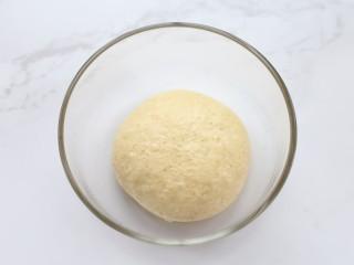 香蕉芒果披萨——九寸,将饼皮材料混合揉匀,做披萨不需要揉出手套膜,面团揉光滑即可
